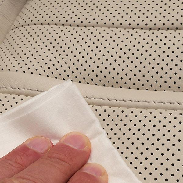 Zuletzt das Leder mit der Leder Versiegelung vor Verschleiß und Anschmutzungen schützen.